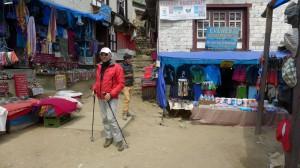 Andy auf der Shoppingmeile von Namche Bazar