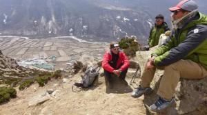 Andy mit Pemba und Dr.Nimga bei Rast über Dingboche
