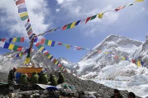 Pujastätte mit Sherpas im Everestbasislager
