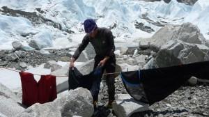 Wolfi beim Wäschewaschen im Everest Basislager auf 5.380m