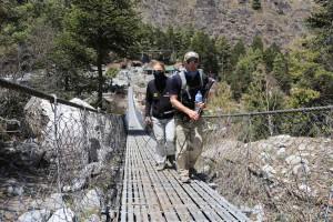 Wolfi mit Andy auf einer Nepalbrücke