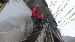 Andy klettert die Treppe ins einzige Restaurant in Nyalam