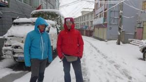 Andy und Flo auf den Strassen von Nyalam am Weg zum Frühstück