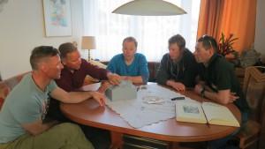 Wolfi, Andy, Anda Flo und Klemens bei der Besprechung Basecamp Holzer