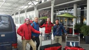 Flo, Andy, Klemens und Wolfi am Flughafen in München