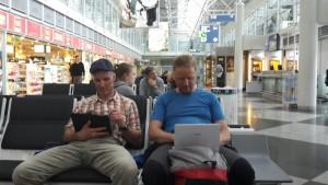Wolfi und Andy am Flughafen