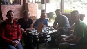 Klemens, Flo, Andy, Dawa Steven und Wolfi bei Besprechung