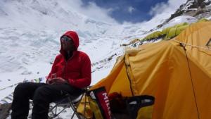 Klemens bereitet sich gedanklich auf den weiteren Aufstieg vor im Hintergrund der Weg zum Nordcol Camp 1