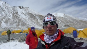 Klemens macht Selfi mit Wolfi im Hintergrund
