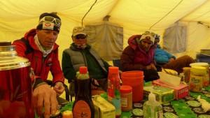 Klemens, unser Mongole und die beiden Inder warten auf das Essen