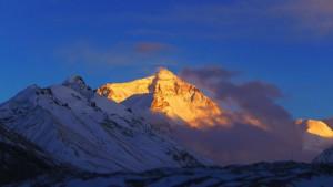 Mt. Everest im Alpenglühen - Flo gelingt vor dem Abendessen eine schöne Aufnahme unseres Zieles