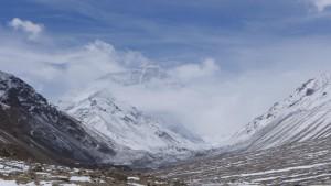 Mt. Everest von Wolken eingehüllt - Blick unterhalb des Chinesen Basislager