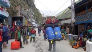 Expeditionsgepäck wird über die Brücke nach China getragen