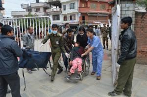 Verletzte werden gebracht