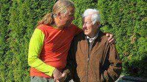 Andreas und sein Vater vor der Abreise (Foto Sabine Holzer)