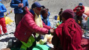 Andy bekommt einen Khata vom Lama (Foto Wolfgang Klocker)
