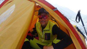 Andy kriecht mit brummendem Schädel aus seinem Zelt (Foto Klemens Bichler)