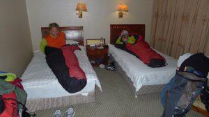 Andy und Wolfi kuscheln sich in ihre Schlafsäcke (Foto Klemens Bichler)