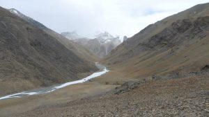 Blick aus 5.800 m das Gletscherbachtal hinaus (Foto Klemens Bichler)
