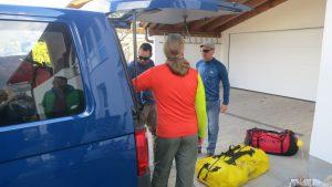 Klemens, Andy und Wolfi beim Einladen der Expeditionsausrüstung (Foto: Sabine Holzer)