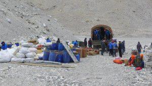 Im Basislager – der LKW wird entladen (Foto Klemens Bichler)
