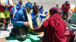 Klemens erhält den Segen vom Lama (Foto Wolfgang Klocker)