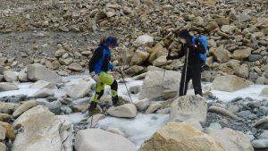 Klemens lotst Andy den eisigen Gletscherbach hinunter (Foto Wolfgang Klocker)