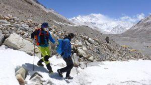 Klemens steigt mit Andy den kleinen Gletscher ab (Foto Wolfgang Klocker)