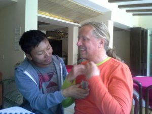 Tenzing gibt Andy ein Geschenk (Foto Wolfgang Klocker)