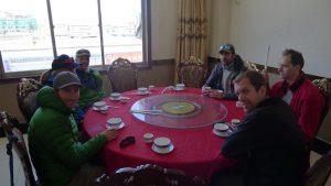 Unser Team wartet auf das Mittagessen (Foto Klemens Bichler)
