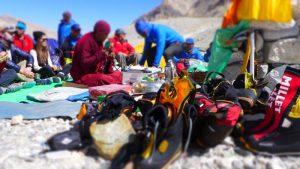 Unsere Sherpas errichten die Gebetsfahnen (Foto Klemens Bichler)