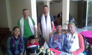 Vorne die Frau und Sohn von Pata,Tenzing mit Andy, Wolfi und Klemen stehend (Foto Archiv Holzer)