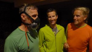 Wolfi, Daniel und Andy beim Checken der Sauerstoffmasken (Foto Klemens Bichler)