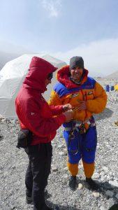 Wolfi checkt die Ausrüstung von Martin (Foto Klemens Bichler)