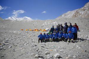 Das gesamte Team mit den Sherpas (Foto Furtenbach Adventures)