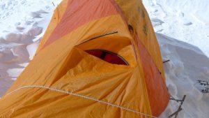 Der Sturm hat das Zelt von Klemens am Nordsattel stark angegriffen (Foto Klemens Bichler)