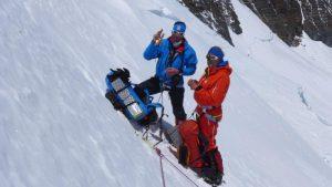 Klemens und Andy rasten auf 6850m (Foto Wolfgang Klocker)