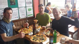 Pizza essen Klemerns, Wolfi und Andy Foto Martin Böhm