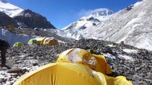 Vom Mittelcamp Blick zum MT Everest und die lange Moräne in Richtung ABC (Foto Wolfgang Klocker)