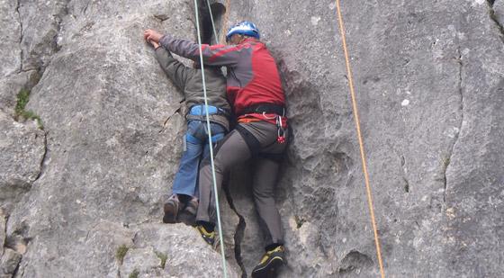 Andy zeigt Anna das Klettern