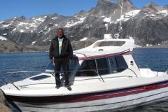 Maru mit seinem Boot (Foto: Andreas Nothdurfter)