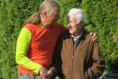 Andy und sein Vater vor der Abreise (Foto Sabine Holzer)