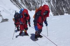 Gipfelsturm - Andy mit Klemens beim Aufstieg ins Lager 2 (Foto Wolfgang Klocker)