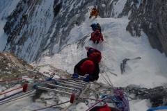 Gipfelsturm - Andy beim Aufstieg am Sekond Step auf 8620m (Foto Klemens Bichler)