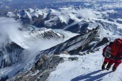 Andy mit Wolfi beim Abstieg vom Gipfel (Foto Klemens Bichler)