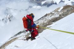 Andy beim Abstieg mit Lager 3 im Hintergrund (Foto Klemens Bichler)