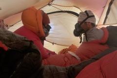 Andy und Klemens nach dem Gipfelgang im Lager 3 auf 8300m (Foto Wolfgang Klocker)