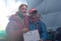 Andy bekommt nach seiner Ersteigung als erster blinder Mensch der Nordroute sein Gipfelzertifikat (Foto Wolfgang Klocker)