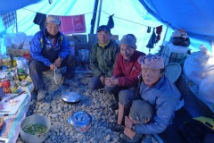 unsere Sherpa und Kuechenjunge im Kuechenzelt - Lagpa Pemba Dawa Galcen