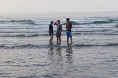 Andy und Andi mit Billi beim Baden im Kaspischen Meer (Andreas Unterkreuter)